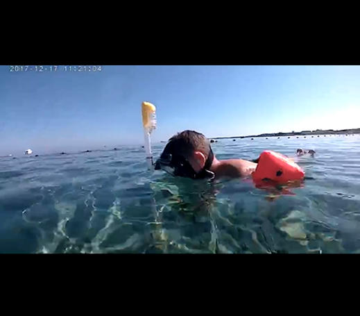 Kid use RKD R20 mask for snorkeling